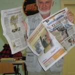 Nasz prezes Grzegorz Mendyka informuje o artykule na temat genealogii w krakowskiej gazecie (fot. Andrzej Lazar)